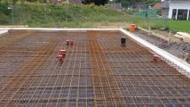 Eisen für die Bodenplatte, die Haus-Kanalanschlüsse liegen schon