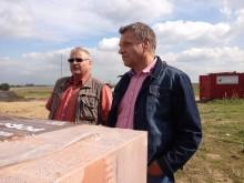 Bauherr Holger beobachten den Einbau der Decke für das EG